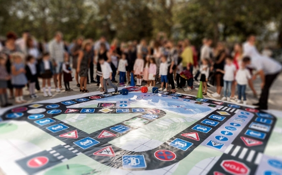 ЕКО България зарадва първокласници с интерактивна площадка за пътна безопасност