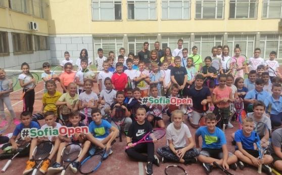 Адриан Андреев игра тенис с деца от столично училище