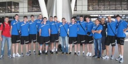 Юношите с тренировка преди полета за Аржентина