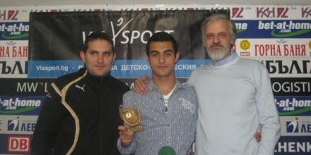 Любослав Бурнев с купата на Viasport за март