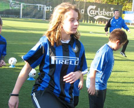 В новата футболна школа Интер тренират и момичета