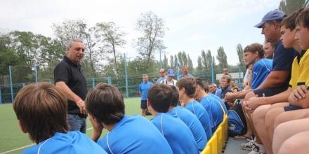 Стоичков омая децата в школата на Ростов