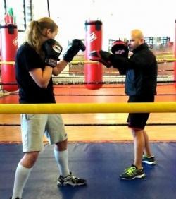 Млада волейболистка няма спирка на ринга за бокс (видео)